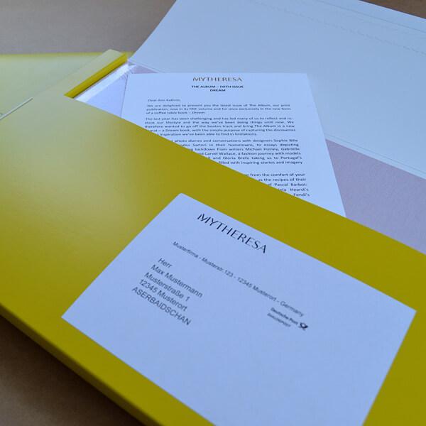 Kuvertierung: Mailing mit Versandverpackung in gelb und Adressaufkleber weiß