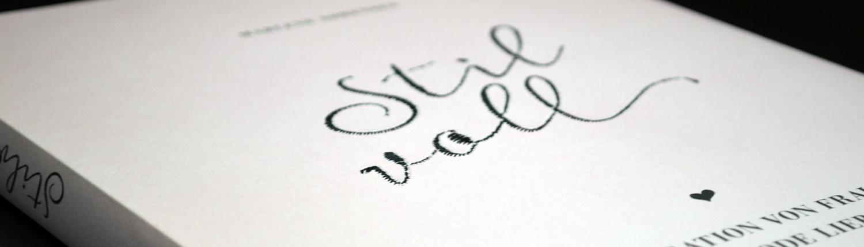 """Nagl Papierverarbeitung: Katalog mit Stickerei """"Stilvoll"""" auf Umschlag"""