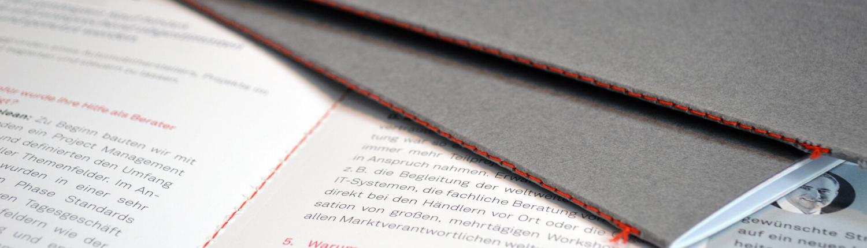 Steppstichheftung: rotorange, Umschlag grau, Druck innen Schwarz und Rot